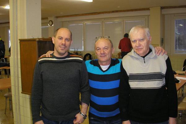 Miloš Hruška (vľavo), celkový víťaz turnaja. V strede Roman Strcula a Marián Ďurech.