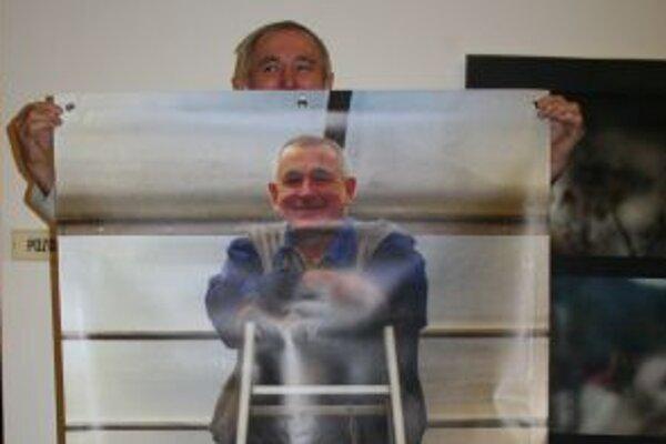 Cyrilovi Cvengrošovi urobili kolegovia na rozlúčku baner s jeho podobou.