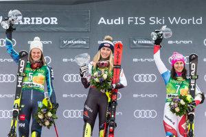 Zľava Anna Swenn-Larssonová, Mikaela Shiffrinová a Wendy Holdenerová.