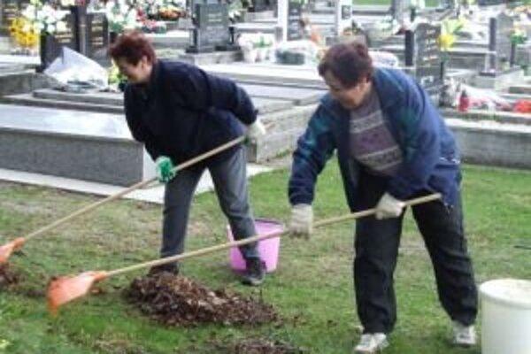 Dôchodcovia urobili jarné upratovanie aj na cintoríne.