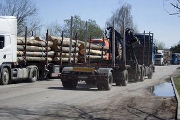 Kamióny blokujú cestu počas jarnej a letnej ťažby dreva.