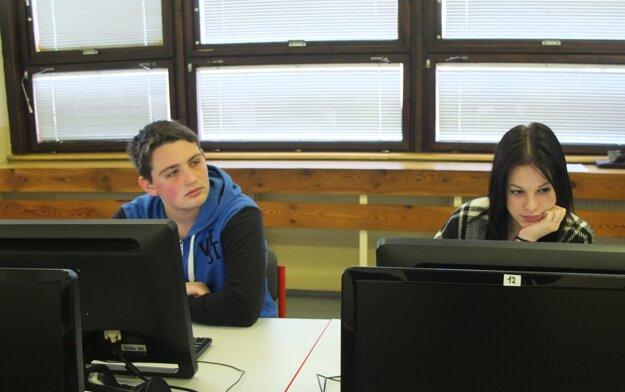 Žiarski stredoškoláci v učebni.