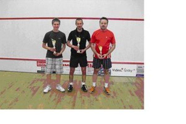 Najlepší squashisti na fotografii zľava: Adrián Kapina, Peter Sirota a Pavol Belluš.