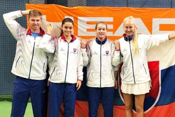 Reprezentačný tím slovenských tenistiek do 16 rokov. Celkom vpravo je Bianca Behúlová z Nitry.