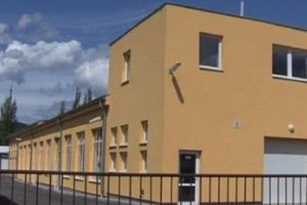 Spoločnosť si prenajala priestory v budove na Bystrickej ceste, v ktorých chce zriadiť prevádzku na výrobu LED svietidiel.