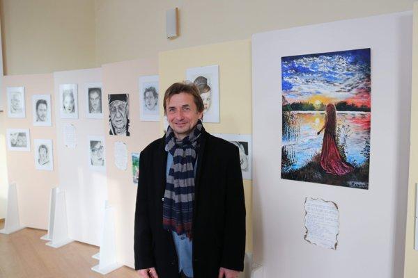 Pretekár Jaro Hašák výtvarne debutoval na výstave v Novom Meste nad Váhom