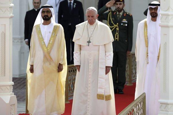 Pápež František (v strede) sprevádzaný korunným princom emirátu Muhammadom ibn Zajdom Nahajánom (vpravo) a šejkom Muhammadom bin Rášidom Ál Maktúmom.