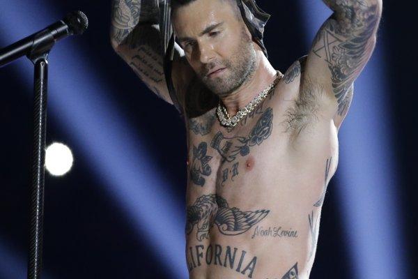 Tam, kde to Maroon 5 nevykryli hudbou, si pomohli polonahým lídrom.