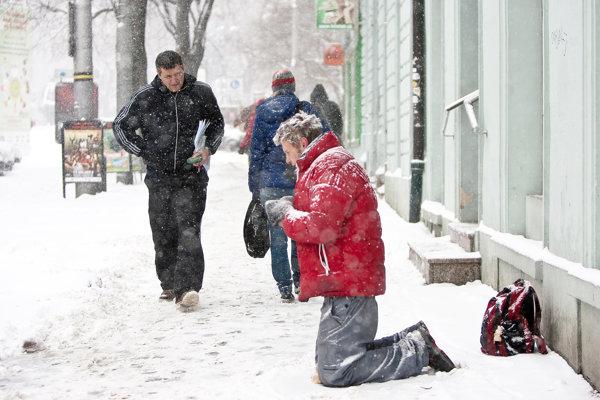 V zime to majú ľudia žijúci na ulici ešte ťažšie než v lete.