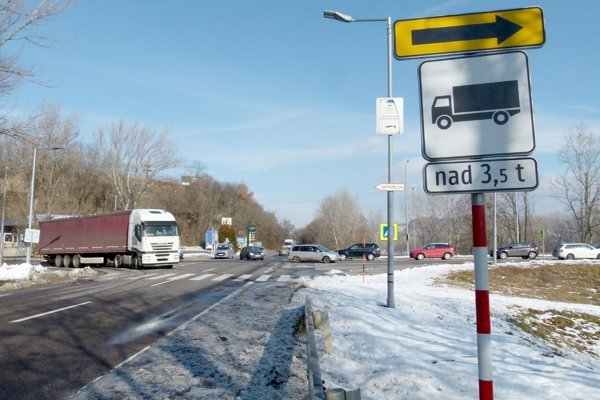 Na sídlisko Lipník v Tlmačoch vedie jediná cesta. Tá sa križuje s tranzitnou cestou I/76.