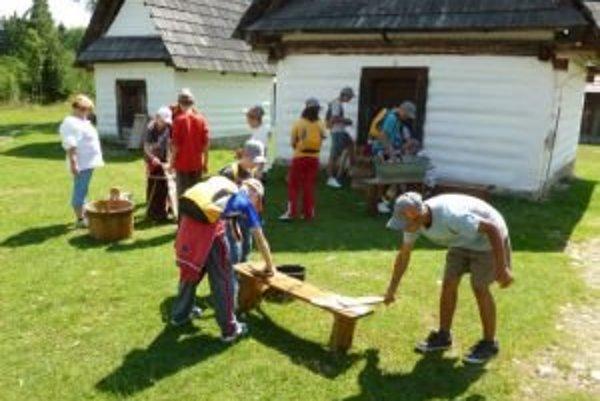 Deti z tábora si v pribylinskom skanzene vyskúšali ako sa pralo kedysi.