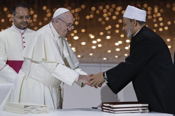 Pápež František na stretnutí s Ahmadom Muhammadom Tajjibom, veľkým imámom káhirskej mešity al-Azhar.