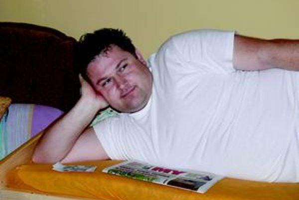 Počas liečenia číta Peter aj naše noviny.