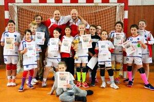 Dievčatá z prípravky HK Slávia Sereď zvíťazili na domácom turnaji.