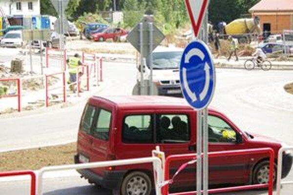 Kruhový objazd v Ilave bol stavaný počas plnej premávky.