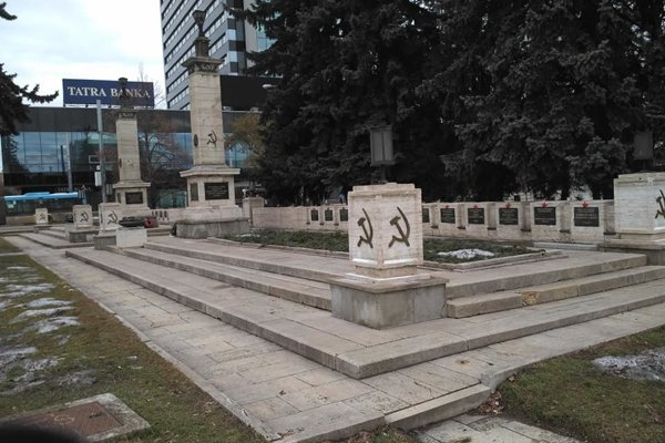Na umiestnenie komunistických symbolov na pamätník nemal správca súhlas.