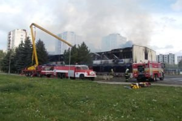 Požiar hasili dvanásť hodín, budovu musia pre poškodenie zvaliť.
