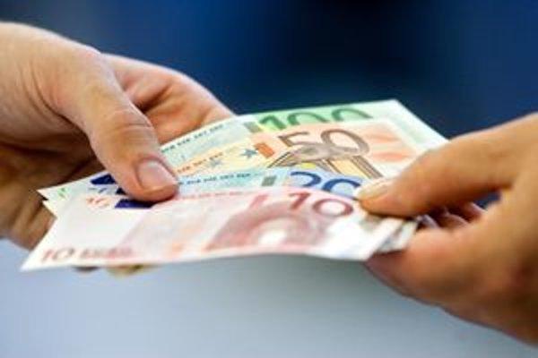 Podvodníci dokážu dôverčivých ľudí pripraviť o peniaze.
