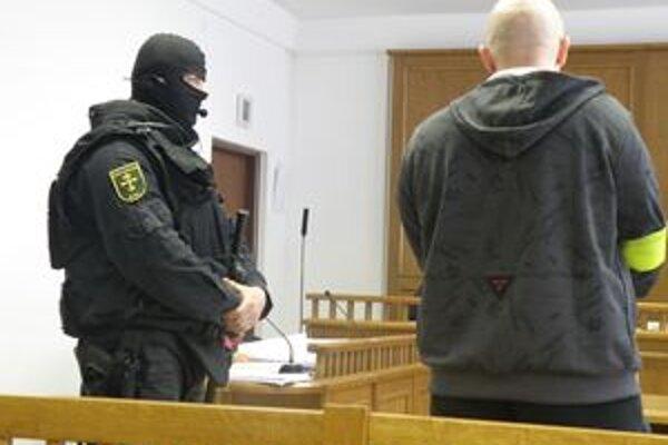 Poškodeného Miroslava M. doviedla ozbrojená eskorta, pretože je vo väzbe za páchanie rôznej trestnej činnosti.
