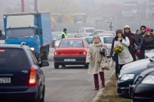 Okrem usmernenia dopravy na príjazdových cestách k cintorínom budú policajti robiť aj kontroly dodržiavania predpisov.