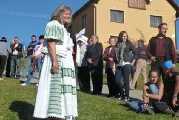 Ľudia ani neverili, že sa Magde Šablatúrovej (v kroji) podarí podujatie pripraviť. Pridali sa však a poďakovanie za úrodu sa mimoriadne vydarilo.
