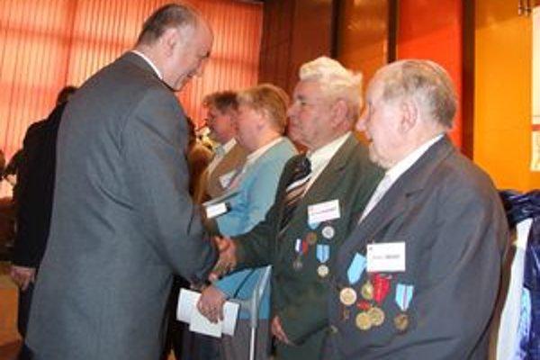 Pamätné medaily vojnovým veteránom odovzdali zástupcovia ministerstva obrany, Slovenského zväzu protifašistických bojovníkov a samosprávy.