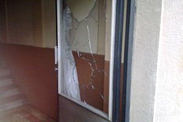Dvere pri vchode do bytovky niekto s najväčšou pravdepodobnosťou zapálil úmyselne.