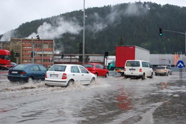 Križovatka na Bystrickej ceste v Ružomberku bola dopoludnia pod vodou.