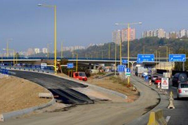 Nové cesty pribúdajú, ale s ich výstavbou sú niekedy problémy.