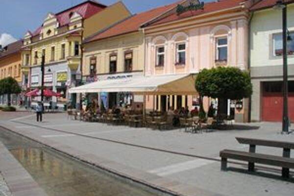 V lete si v centre Liptovského Mikuláša na terasách budeme môcť posedieť až do polnoci.