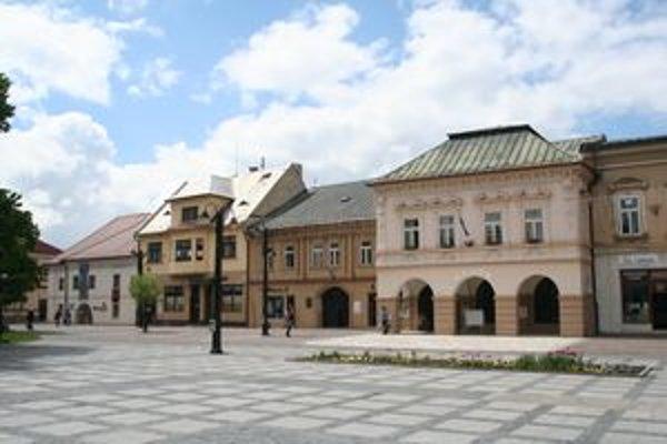 Vľavo Pongrácovská kúria, kde premiestnili tabuľu s nápisom, že v tejto budove súdili Jánošíka,vpravo Múzeum Janka Kráľa, na ktorom bola tabuľa takmer päťdesiat rokov.