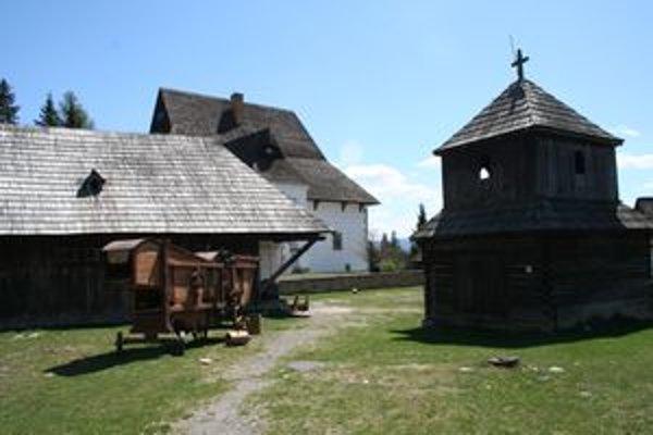 V pribylinskom skanzene je zvonica, v ktorej je zvon zo Sokolčí. Na pravé poludnie sa počas Nedele rodákov vždy rozozvučí.