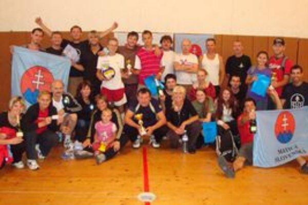 Po volejbalovom turnaji sa mladí matičiari tešili z dvoch pohárov.