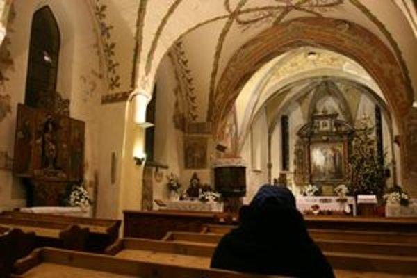 Hanulove biblické výjavy a ornamenty tešia veriacich. Na fotografii je interiré farského kostola v Liptovských Sliačoch.