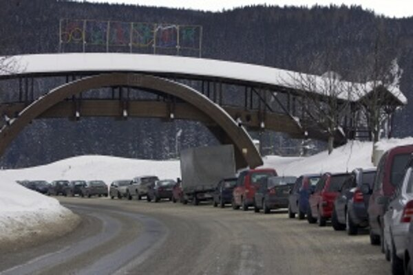 Horský priechod je v zime mnohokrát zatarasený nákladnými autami.