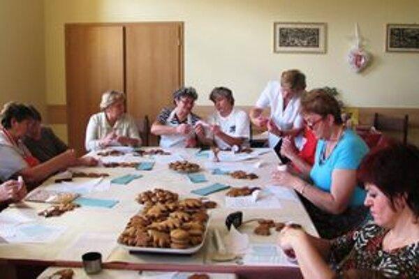 Účastníci kurzu  si  vlastnoručne vyzdobené medovníčky odniesli domov a dostali aj certifikáty.