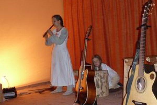 Horana so synom na vystúpení v mikulášskom Jogacentre.