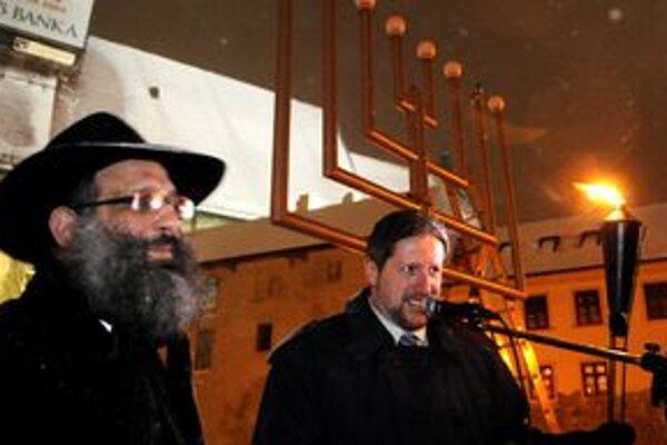 Bratislavský rabín Baruch Myers (vľavo) bude na koncerte hrať na klavíri a spievať.
