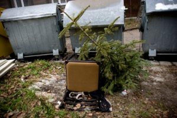 V týchto dňoch sa vianočné stromčeky stávajú odpadom. Na zberné dvory a ku kontajnerom ich treba vyhadzovať bez obalov z ozdôb a kovových háčikov, na ktorých ozdoby viseli.