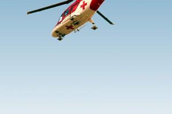 Zraneného pretekára naložili záchranári na palubu vrtuľníka s podozrením na vykĺbenie ramena a otras mozgu.