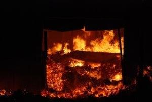 Požiar likvidovali hasiči dlho do noci.