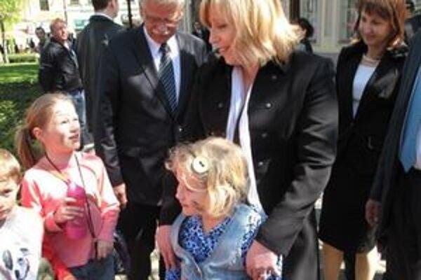 Premiérka Iveta Radičová s primátorom Liptovského Mikuláša Alexandrom Slafkovským a deťmi  v centre mesta.
