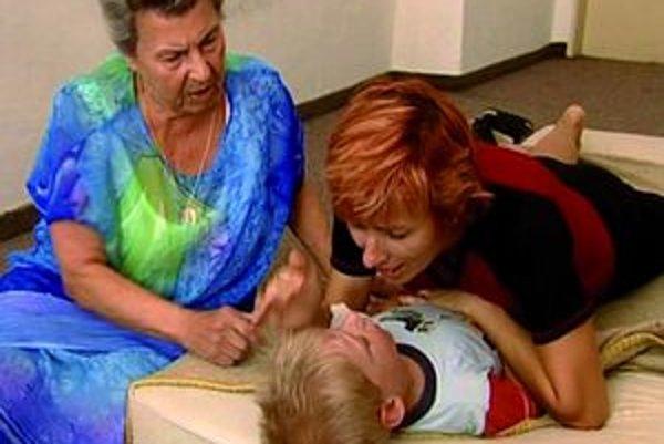 Aj vďaka terapii pevným objatím dokáže dieťa nadviazať kontakt s matkou. Jiřina Prekopová vľavo.