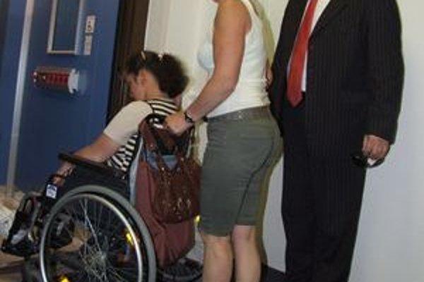 Do nového výťahu nastupuje primátor s matkou dcéry na vozíku.