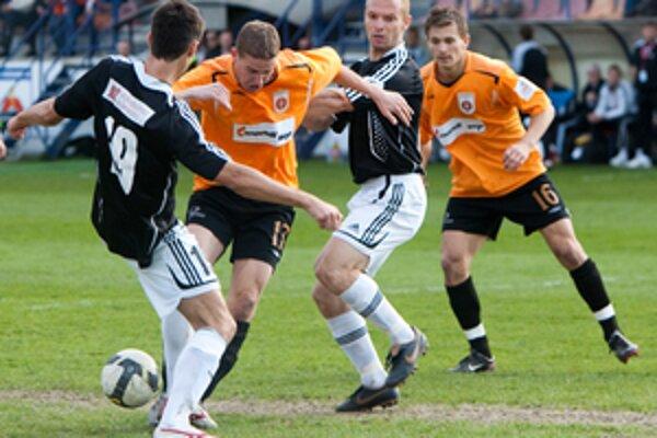Takto sa obranca Ružomberčanov Peter Maslo prebíjal obranou Artmedie v prvom zápase.