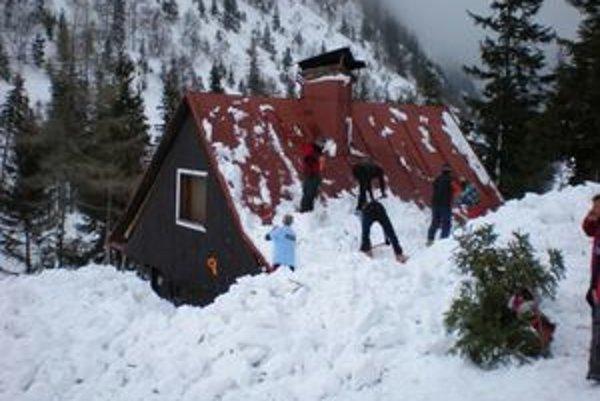 Žiarsku chatu zasypala lavína, ktorá narobila škody v doline. Verejná zbierka má pomôcť na obnovu chaty aj doliny. Začne sa v nedeľu 17. mája zaujímavým podujatím.