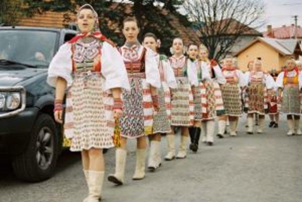 Každoročne v liptovskej obci Važec chodia v chorovode za ruky sa vedúc omilienci a symbolicky otvárajú na jar studničky.