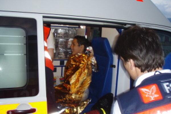 Podchladených chlapcov okamžite v sanitke ošetrili záchranári a previezli do nemocnice.