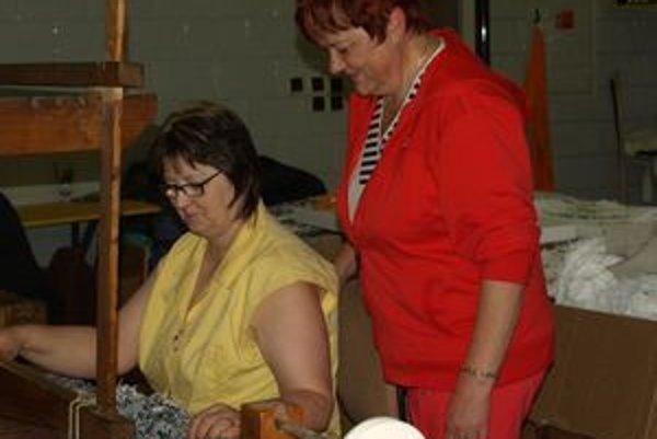 V chránenej dielni, ktorú zriadila vo Svätom Kríži Emília Grendelová (vpravo), našli zamestnanie hlavne hendikepované ženy - tkáčky.