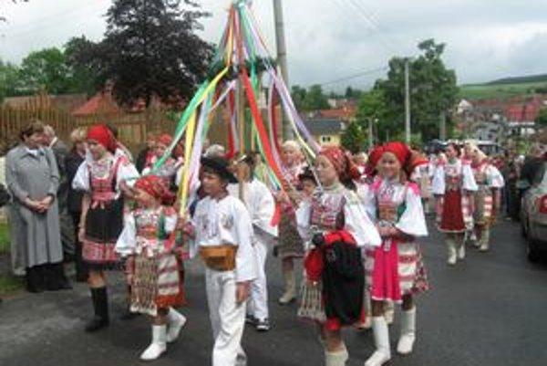 Na čele pestrofarebného sprievodu kráčali deti, za nimi Omilienci, folklórne súbory a hostia.